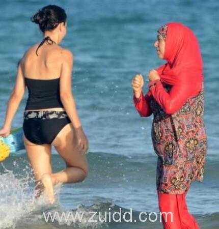 法国3城镇禁止女性穿着布包裹全身的布基尼泳装
