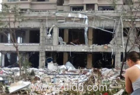 南银丰唐郡荷花园小区一饭店疑似煤气泄露爆炸玻璃全部震碎现场图片视频