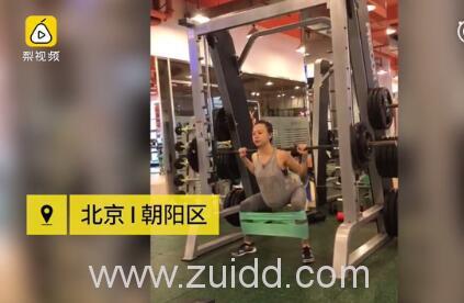 北京孕妈李菲娜挺着9个月的双胞胎孕肚举杠铃做深蹲这样可以吗